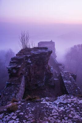 Ruine Wegelnburg in nächtlichem Nebel