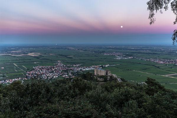 Vollmondaufgang hinter dem Hambacher Schloss, mit selten zu sehenden Dämmerungsstrahlen am Himmel