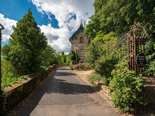 Am Eingang zum Haardter Schloss