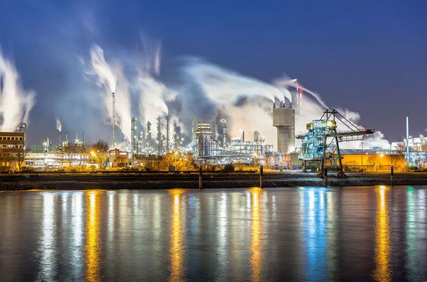 BASF in kalter Winternacht, 40 x 60 cm, Alu-Dibond, Hängung: Aluminiumschiene, 95 €