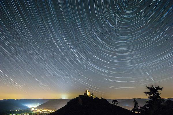 Startrails (Sternspuren) und Sternschnuppen am Trifels