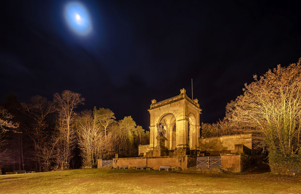 Siegesdenkmal im Mondlicht