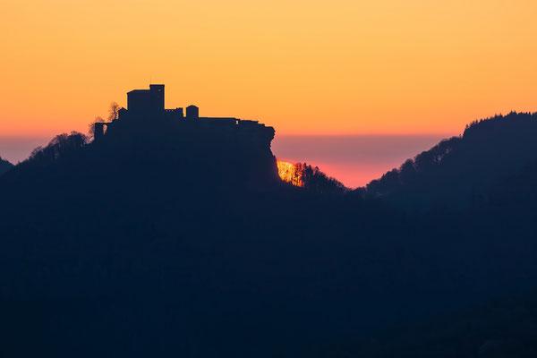 Sonnenaufgang hinter dem Trifels