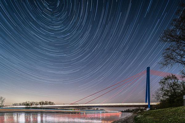 Startrails (Sternspuren) an der Speyerer Autobahnbrücke