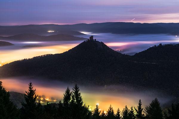 Burg Trifels in einer nebligen Nacht