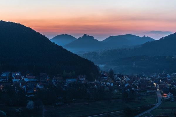 Wernersberg und Burg Trifels in der Morgendämmerung