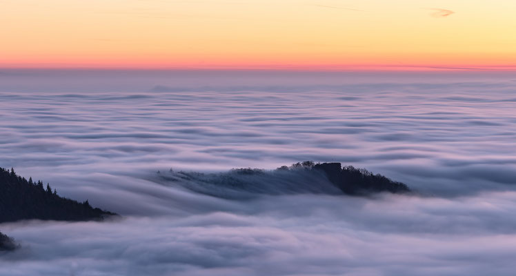 Nebelwelle über der Ruine Neukastell