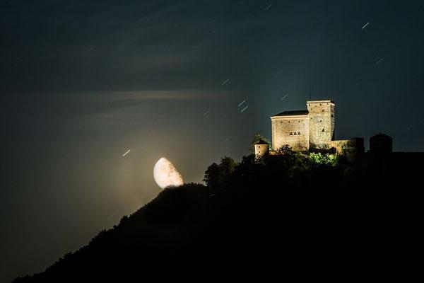 Mondaufgang hinter dem Trifels