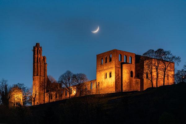 Schmale Mondsichel hinter der Klosterruine Limburg