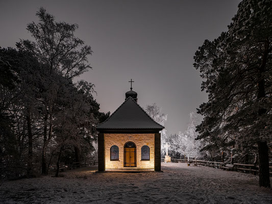 Mariä-Schutz-Kapelle in einer Winternacht