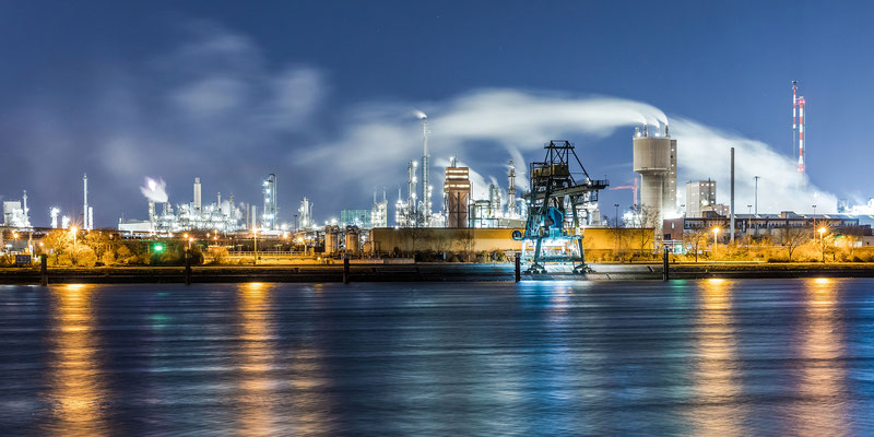Panoramaaufnahme - BASF bei Nacht, 120 x 60 cm,  Alu-Dibond mit Acrylglas, Rückseitige Hängung mit Aluminiumschiene, 290 €