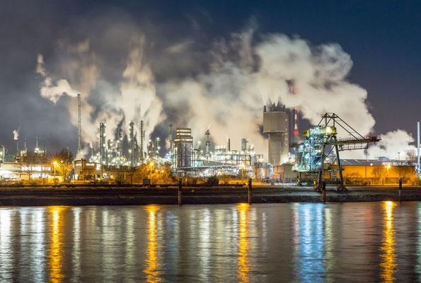 BASF in einer kalten Winternacht