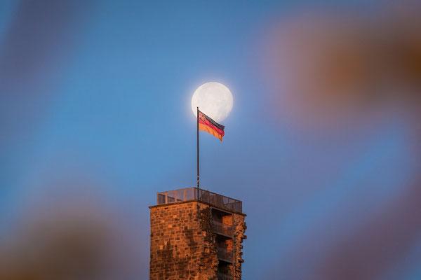 Vollmonduntergang an der Wachtenburg