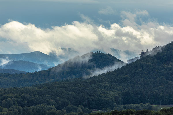 Nebelschwaden vor Ruine Lindelbrunn, Rödelstein und Rötzenfels