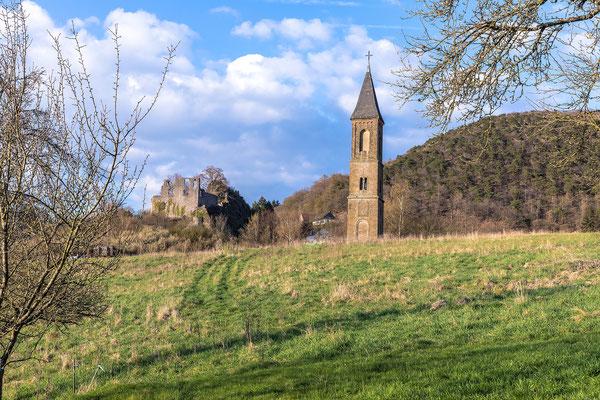 Einsamer Kirchturm und Burgruine Falkenstein