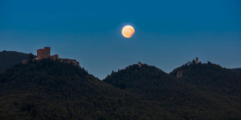 Panoramaaufnahme - Partielle Mondfinsternis über Trifels, Anebos und Münz, 120 x 60 cm,  Alu-Dibond, Rückseitige Hängung mit Aluminiumschiene, 240 €