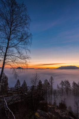 Frühes Morgenrot und Nebel am Kirschfelsen