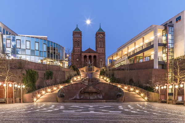 Schlossplatz und Vollmondaufgang hinter der Pirminiuskirche