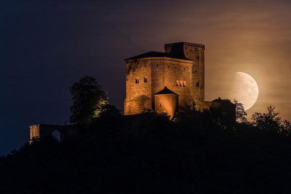 Partielle Mondfinsternis hinter der Burg Trifels