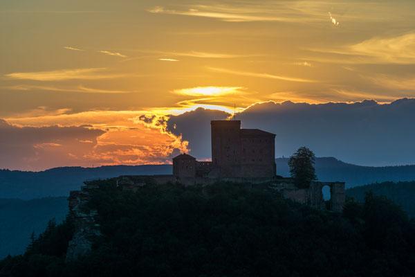 Sonnenuntergang hinter Burg Trifels