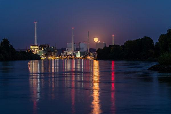Vollmondaufgang hinter dem Mannheimer Großkraftwerk