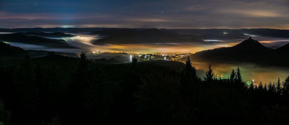 Nebliges Queichtal bei Nacht
