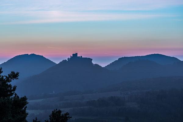 Erste Morgenröte am Trifels
