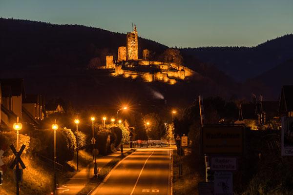 Weihnachtlich geschmückte Wachtenburg im Abendlicht