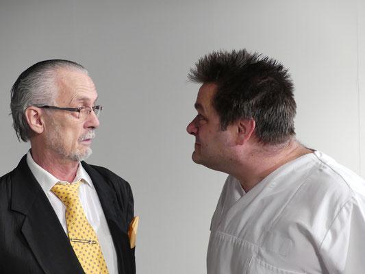 Pfleger Wilson ist in diesem Stück der Mann fürs Grobe. Gaffney scheint jedoch nur mäßig beeindruckt.