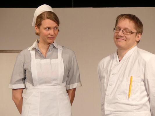 Auf den jungen Psychiater Dr. Lyman Sanderson (Patrick Pöhls) hat Miss Kelly schon länger ein Auge geworfen.