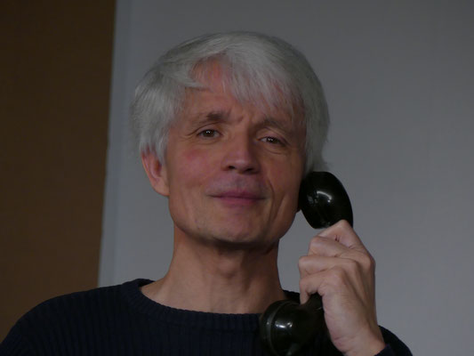 Mr. Elwood P. Dowd (Thomas Gerner) ist immer offen für ein Telefongespräch.