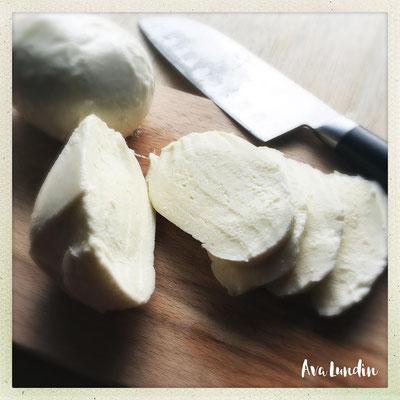 Mozzarella in dünne Scheiben schneiden