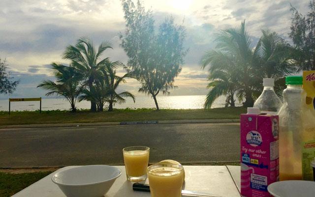 Frühstück mit Meerblick am Big4 Rollingstone Caravan Resort