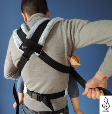 Allaccio con spallacci incrociati sulla schiena - posizione pancia contro pancia - marsupio toddler