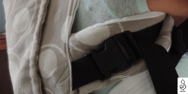 Particolare dello spallaccio con finale semovibile, regolato sotto l'ascella quando il bambino è portato dietro