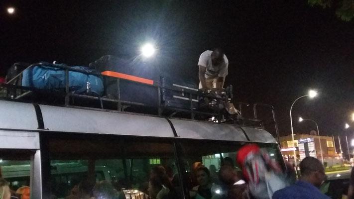 Vollgepackter Bus, der uns nach unserer Ankunft in Nairobi in unsere Unterkunft gebracht hat...