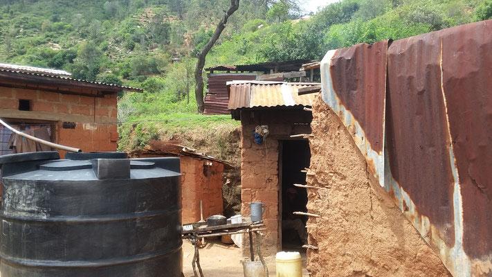 Haus mit Wassertank zum Sammeln von Regenwasser
