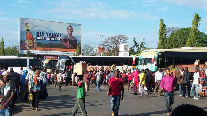 Reisebusbahnhof mit Händlern in Moshi