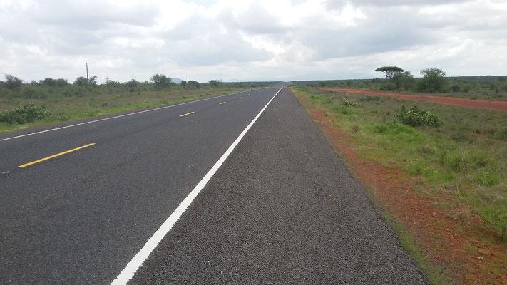 Eine sehr gut ausgebaute Hauptstraße zwischen Taveta und Mwatate