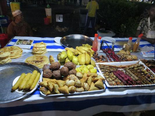 Bananen, verschiedene Fladen, Falafeln, Samosa, Reisbällchen, Fleischspieße, Meerestiere, Süßkartoffeln