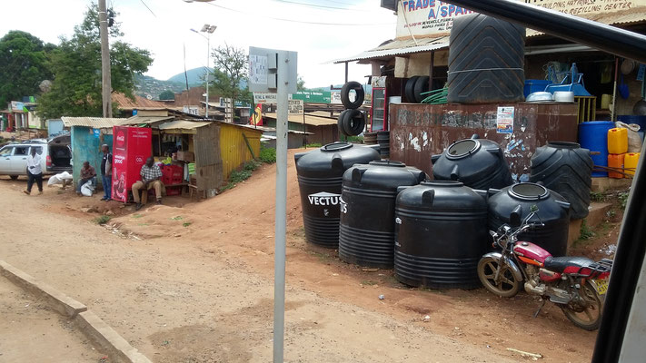 Shops und Wassertanks zum Sammeln von Regenwasser
