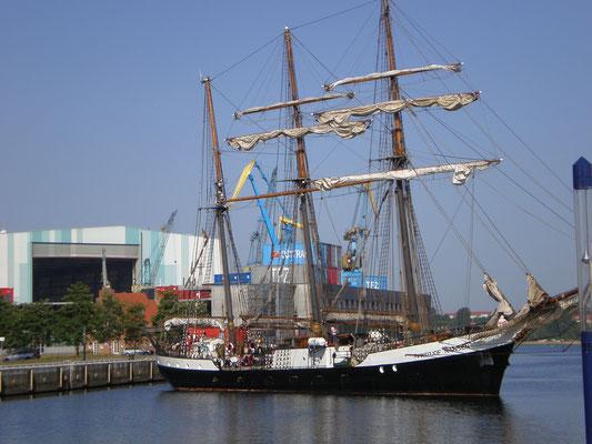 """Werfthalle und Segelschulschiff """"Friedjow Nansen"""""""