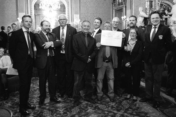 Photo de groupe avec les membres de l'International Fario Club, les membres du jury, de l'AAPPMA et l'ancien lauréat du prix, le collectif SOS Loue
