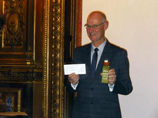 Marc, notre président après avoir reçu la récompense et le trophée