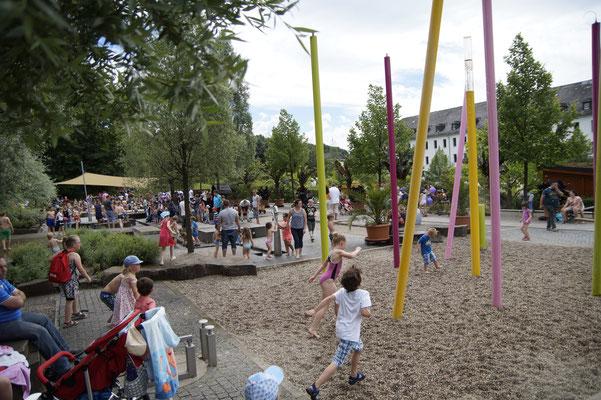 Für Kinder gibt es einen Wasserspielplatz und für die Skater eine komplette Anlage.