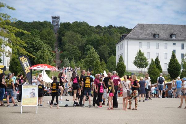 Viele Besucher wandern bis zum Turm.