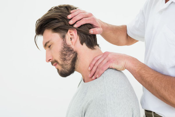 Osteopath untersucht der Nacken am Starnberger See