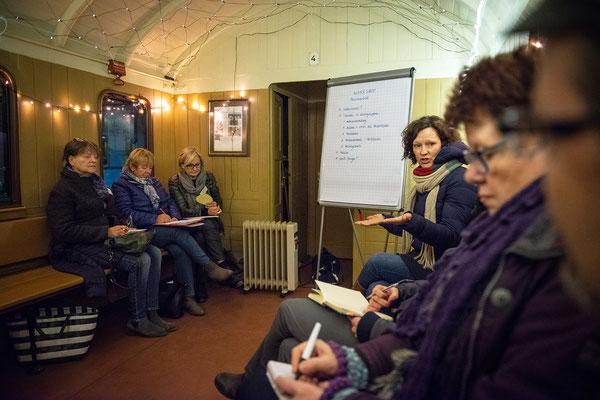 Workshop über Pressearbeit in einem alten Eisenbahnwagon. Foto: Daniel Kunzfeld
