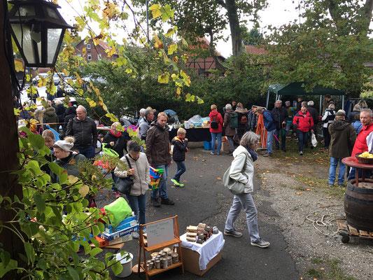 Da und dort - Dorfflohmarkt. 3. Oktober 2019 in Hockeln. Foto: Bernhard Glasow