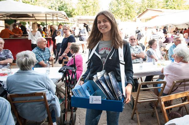 Ourania Gerakis mit dem Rosen&Rüben-Bauchladen bei der Sehlemer Sommerparty. Foto: Daniel Kunzfeld